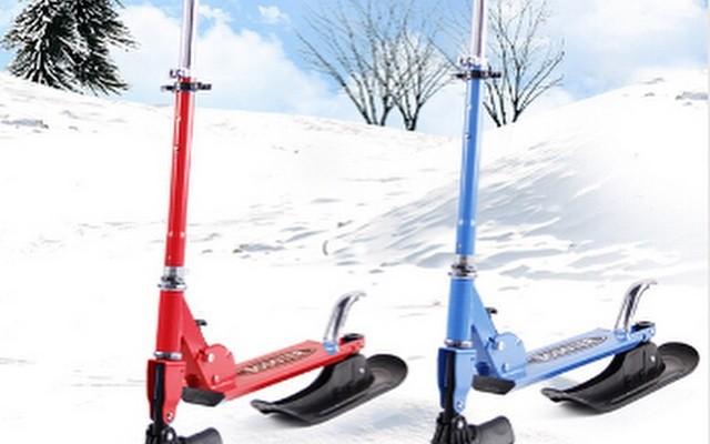 SnowScooter — cамокат на лыжах для катания по снегу.